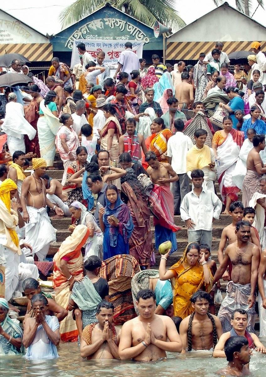 Los devotos hindúes de Bangladesh se reúnen para un baño ritual en el río Brahmputra en Langalbandh en Narayangonj. AFP
