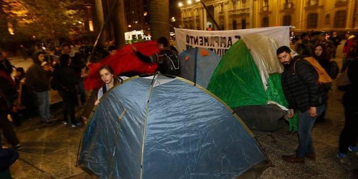 """""""Juventud sin miedo"""": Carabineros desaloja campamento levantado por estudiantes en la Plaza de Armas de Santiago"""