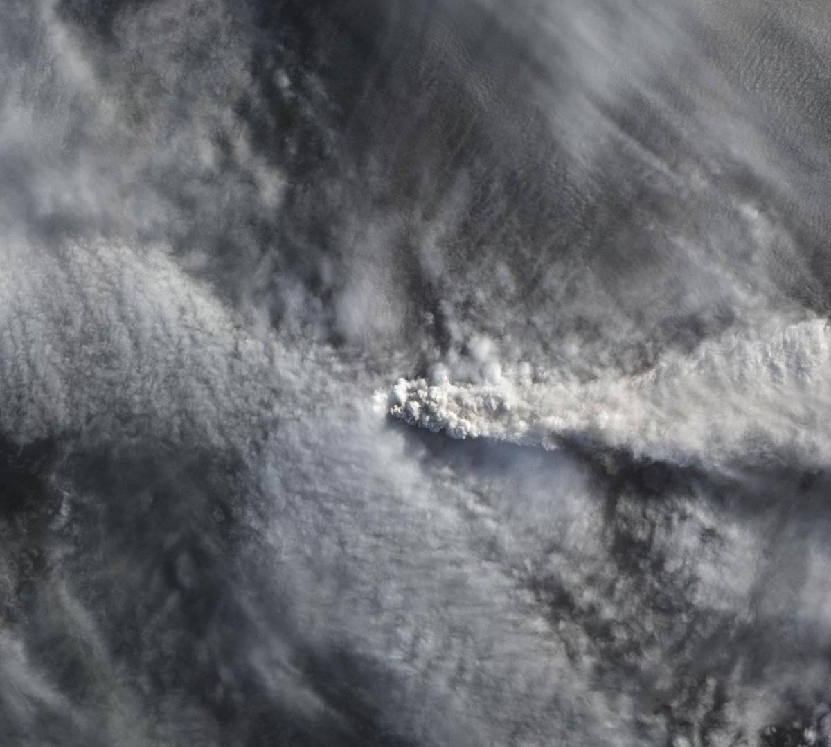 Pluma del Calbuco sobre Chile