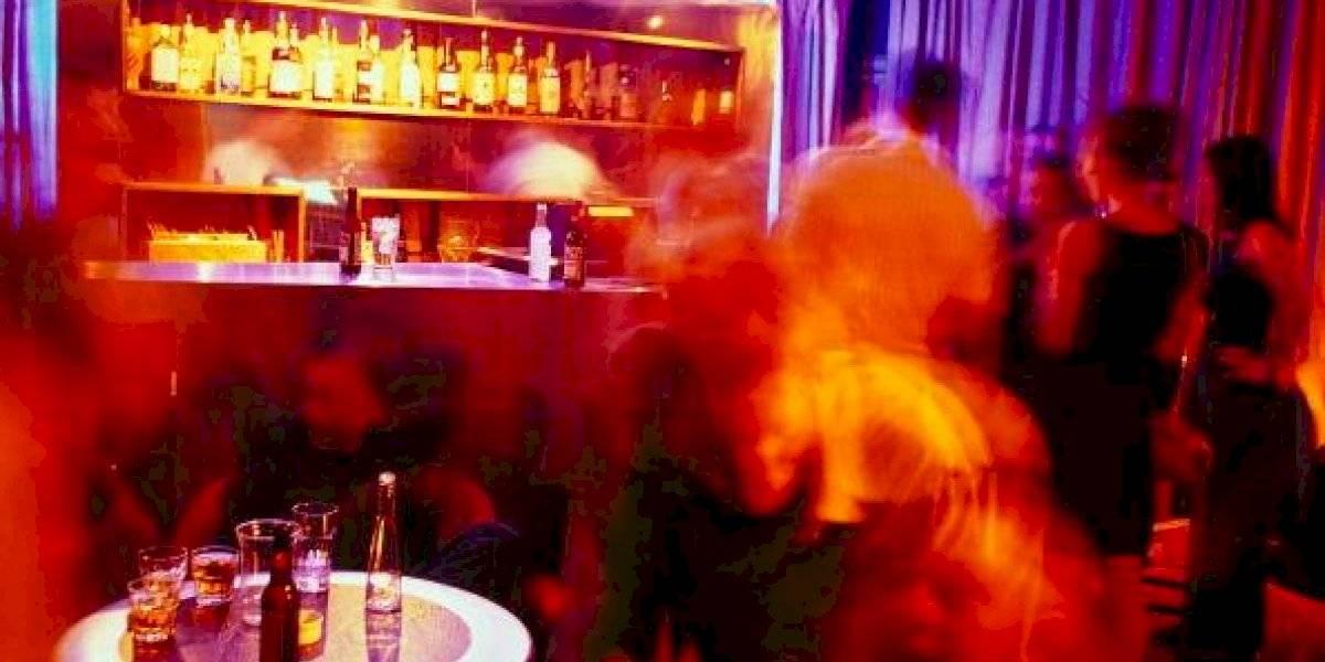 """Hombre ebrio se queda dormido en baño del pub y llama a la Policía para que lo """"rescaten"""""""
