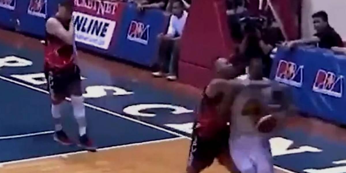 VIDEO: Golpe en los genitales, inicio de campal en partido de basquetbol