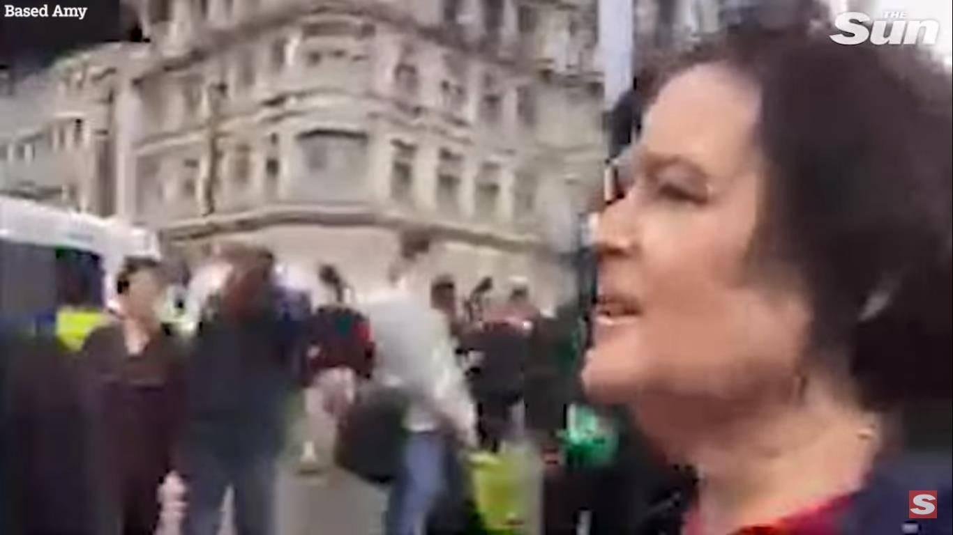 Una partidaria de Donald Trump intenta reventar el dirigible en su contra en Londres y resulta herida tras el hecho