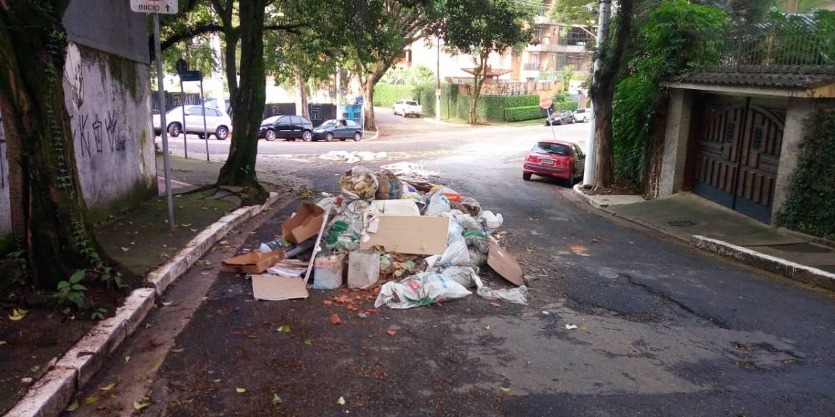 Moradores de Moema driblam entulho descartado na rua; capital tem 2,5 mil pontos viciados de acúmulo de lixo