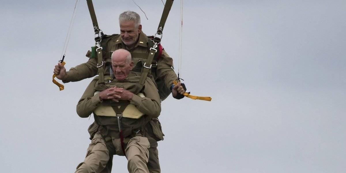 Abuelito vitamina de 97 años se tiró en paracaídas tal como lo hizo hace 75 durante el desembarco en Normandía