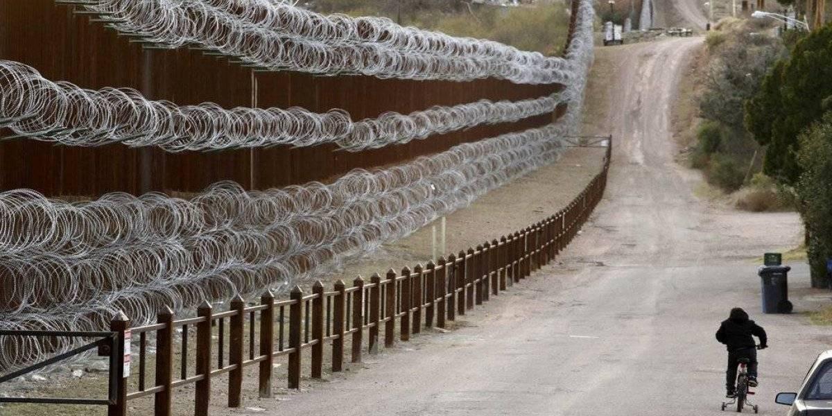 Ejército estadounidense pinta sección de muro fronterizo