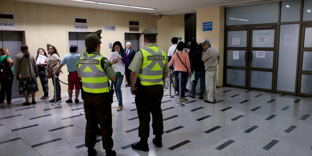 La furiosa protesta de un trabajador al interior del Compin de Santiago Centro: Activó extintor en reclamo por una licencia