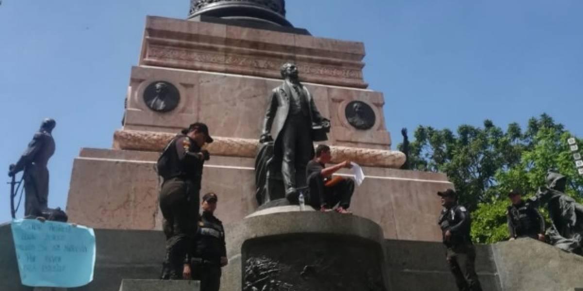 Padre se encadena en monumento de Guayaquil por un cupo para sus hijos