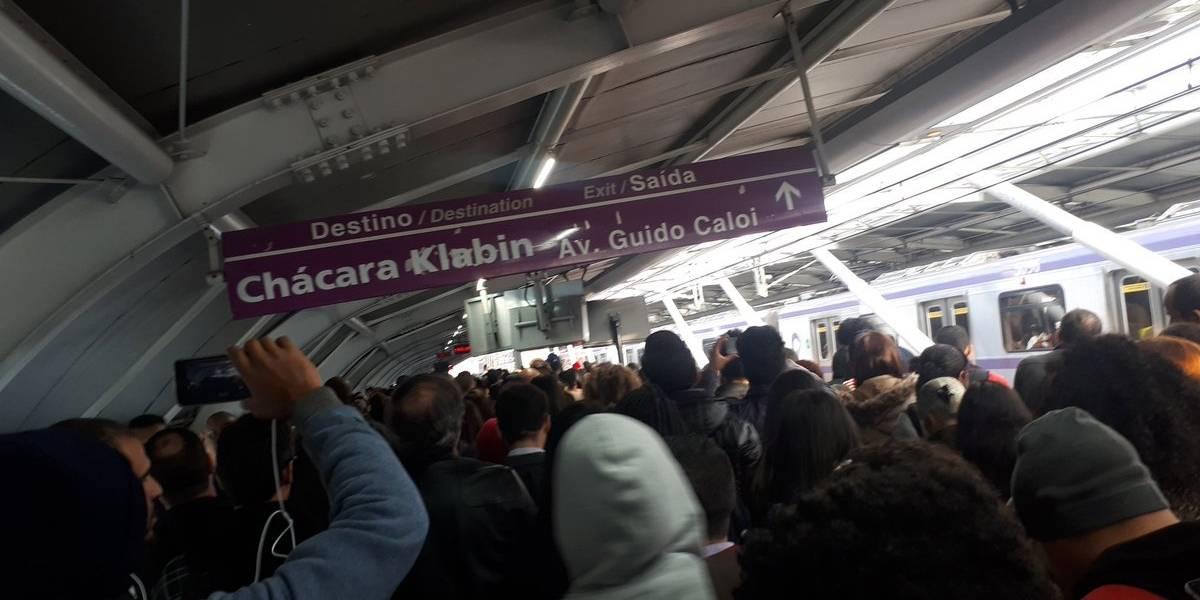 Metrô amanhece com falhas e passageiros têm dificuldade para embarcar