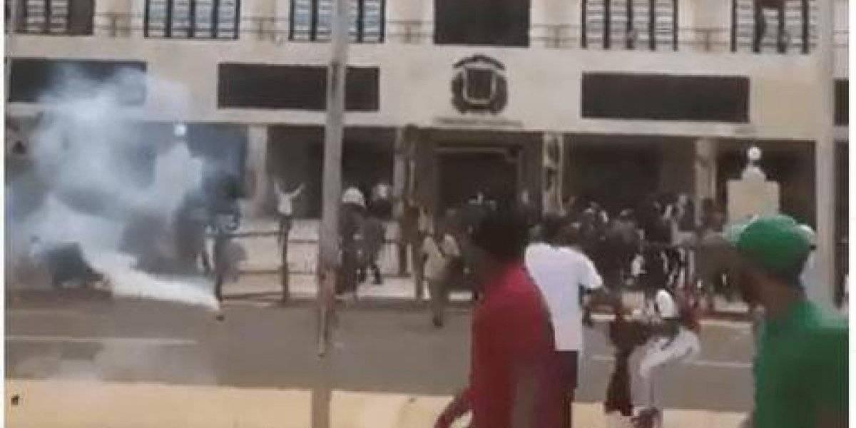 PN lanza bombas lacrimógenas a médicos en protesta contra examen único salud