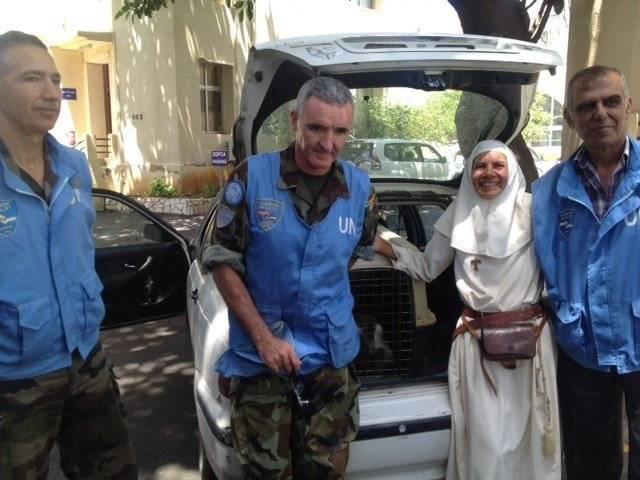 oficiales de la ONU entregando a Tashtuch a su dueña Béatrice. Facebook