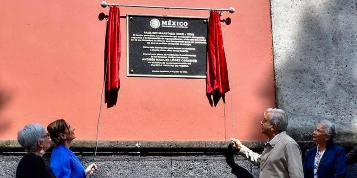 Devela AMLO placa Paulino Martínez en el Día de la Libertad de Prensa