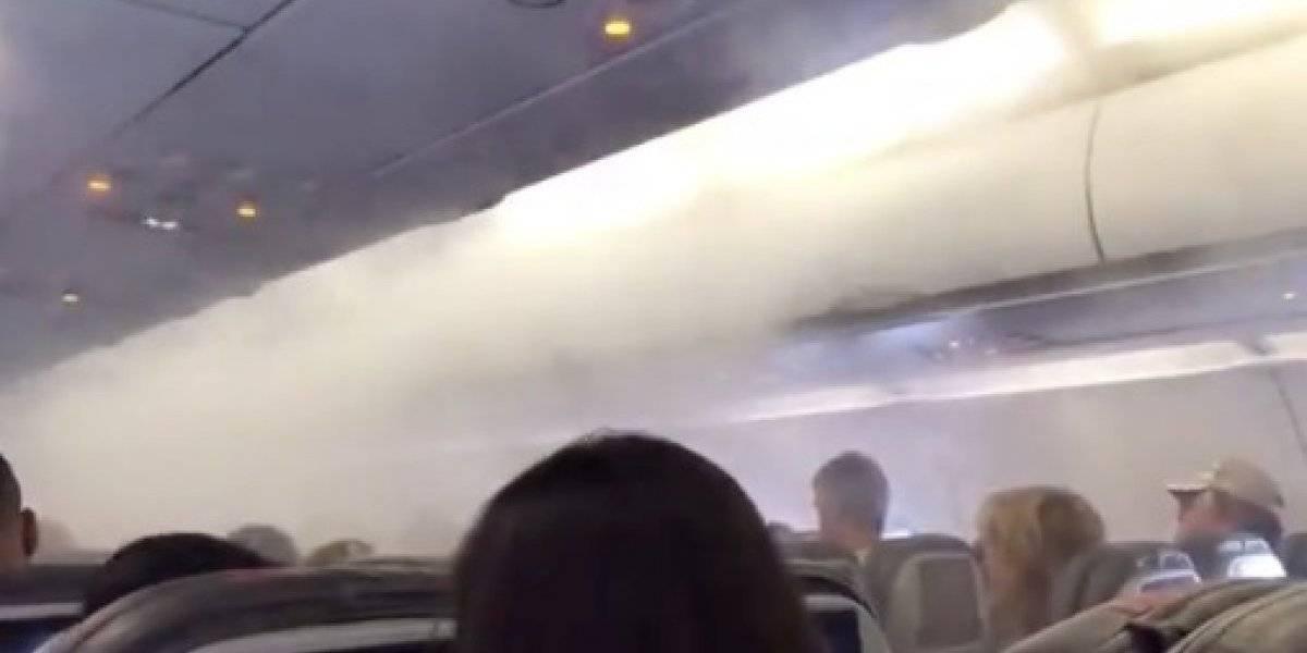 """""""Nunca había visto esto antes"""": nubes ingresan al interior de avión y sorprenden a los pasajeros"""