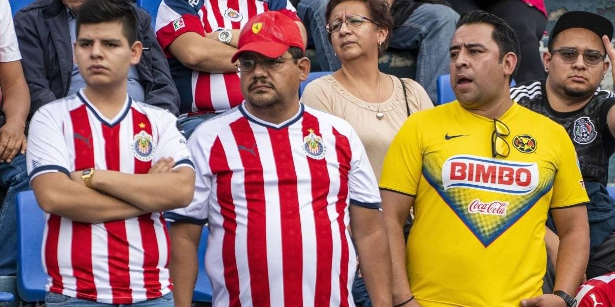 Afición de América y Chivas protagonizan campal en Clásico de Leyendas