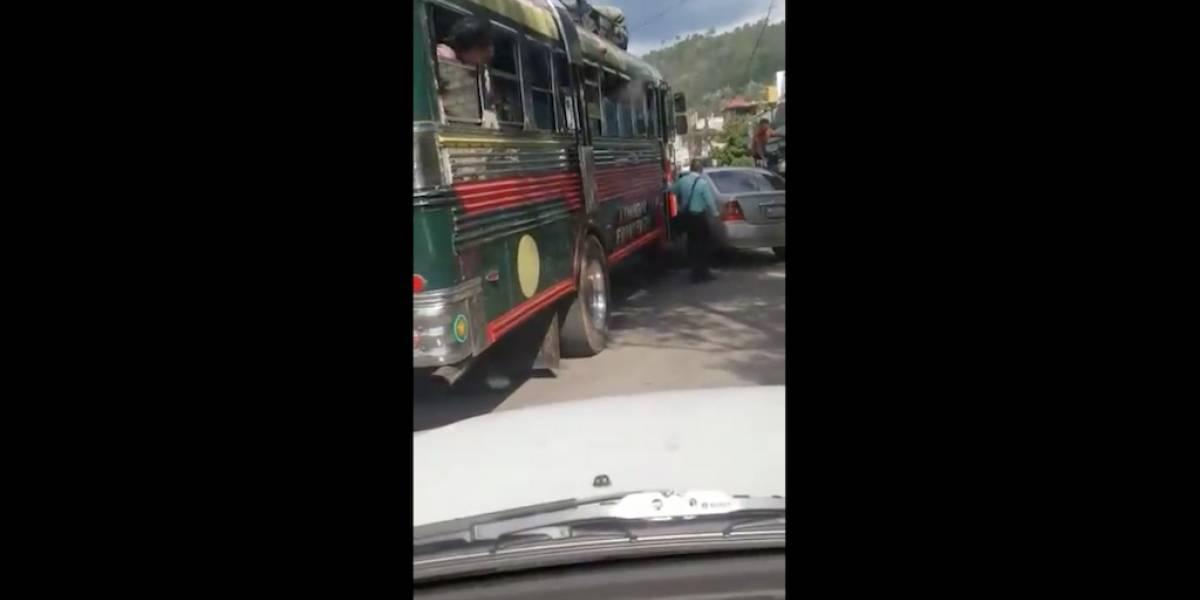 VIDEO. Trabajadores de buses atacan a automovilista en Huehuetenango