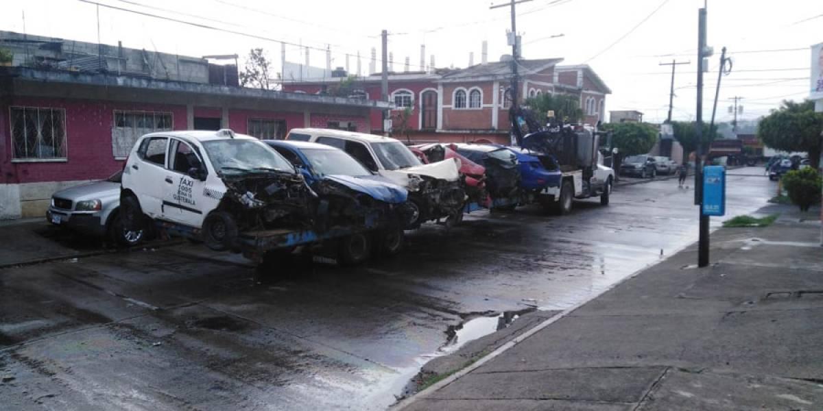 Retiran vehículos chatarra en la zona 12