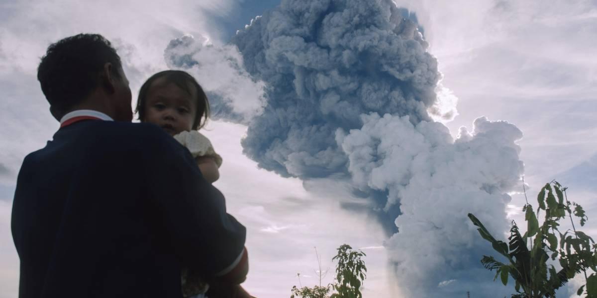 Alarma mega explosión de volcán Sinabung en Indonesia