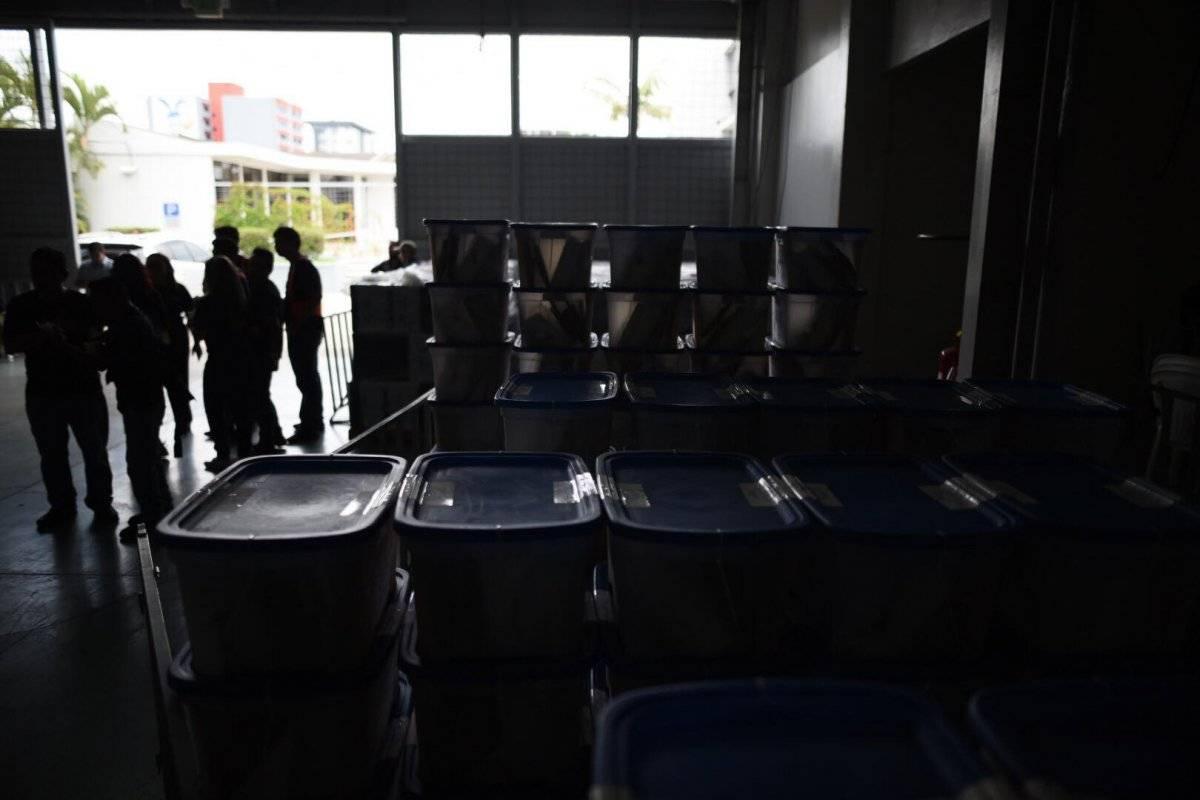 El material electoral se reparte en cajas con el número de la mesa electoral. Foto: Edwin Bercián