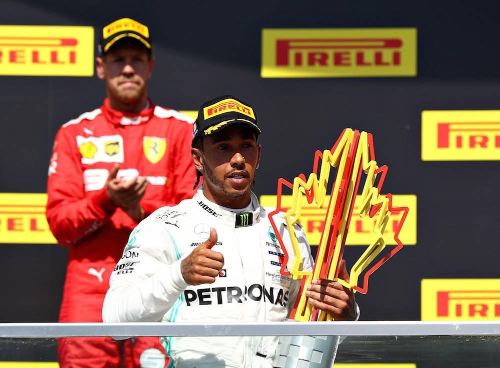 El británico celebró a costa de un molesto Sebastian Vettel. / Getty Images