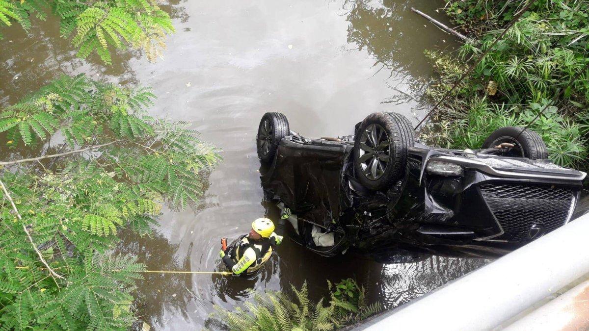 Foto: De esta manera las autoridades sacaron el carro donde encontraron el cuerpo de una mujer en Gurabo Suministrada