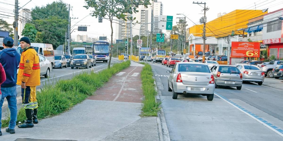 Corredor de ônibus em São Bernardo é invadido por carros, mas só três são multados em um ano