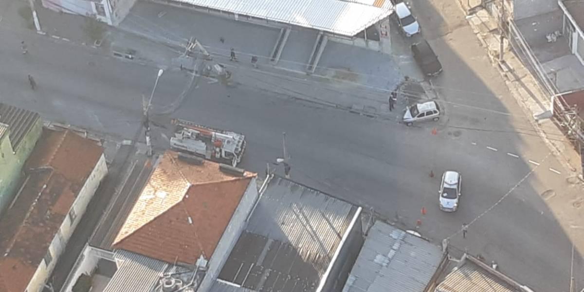 Motorista perde o controle e bate em poste na zona norte de São Paulo