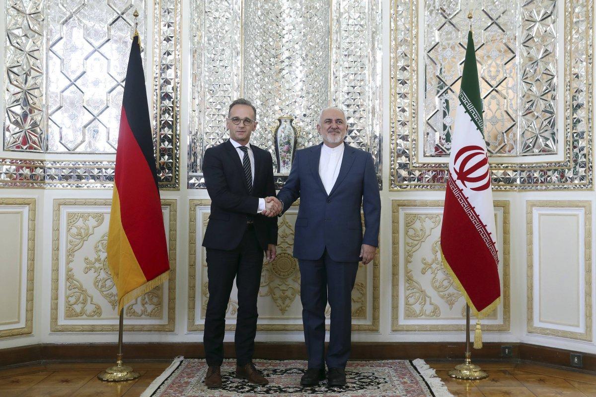 El ministro iraní de Exteriores, Javad Zarif, a la derecha, y su homólogo alemán, Heiko Maas, se estrechan la mano para los medios antes de una reunión en Teherán, Irán. Foto: AP