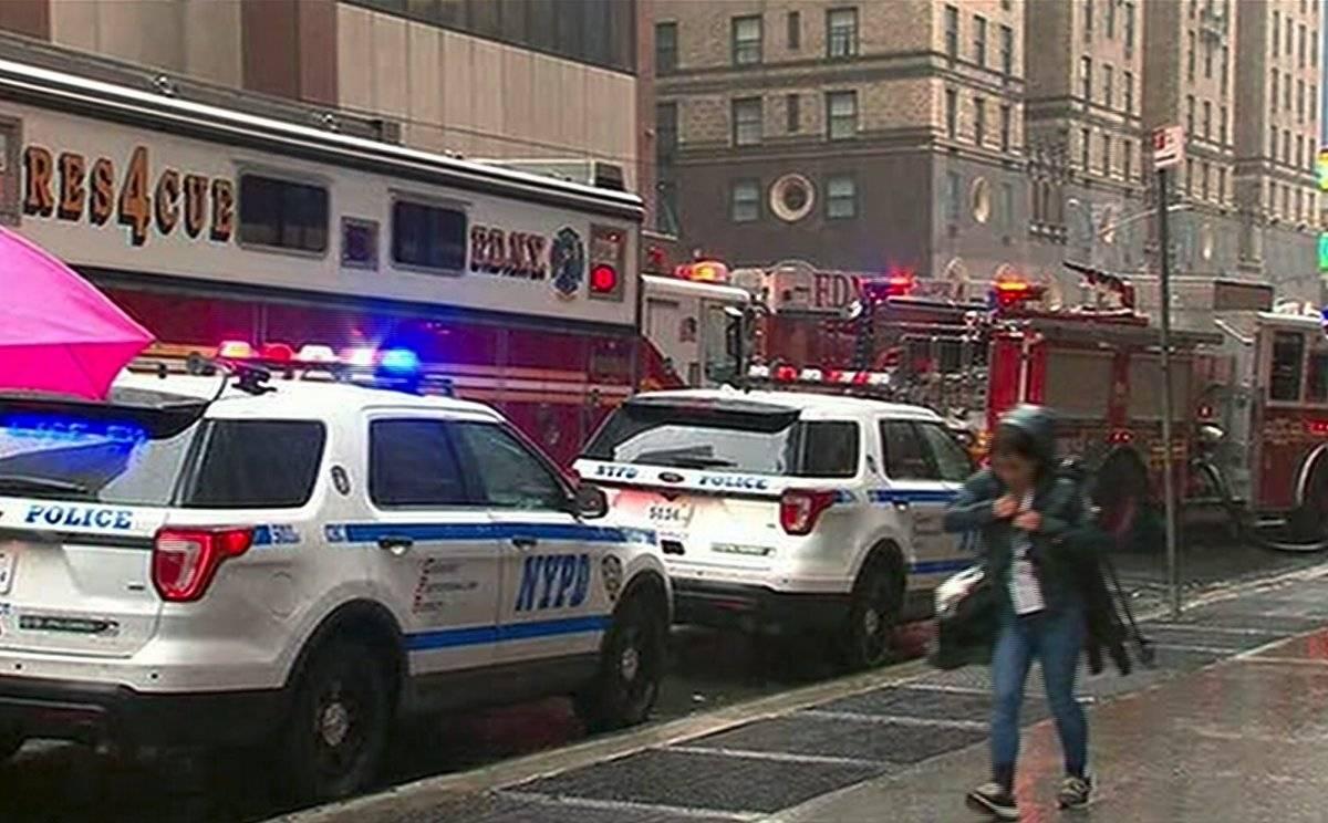 Un muerto en choque de un helicóptero contra un rascacielos en Nueva York AP
