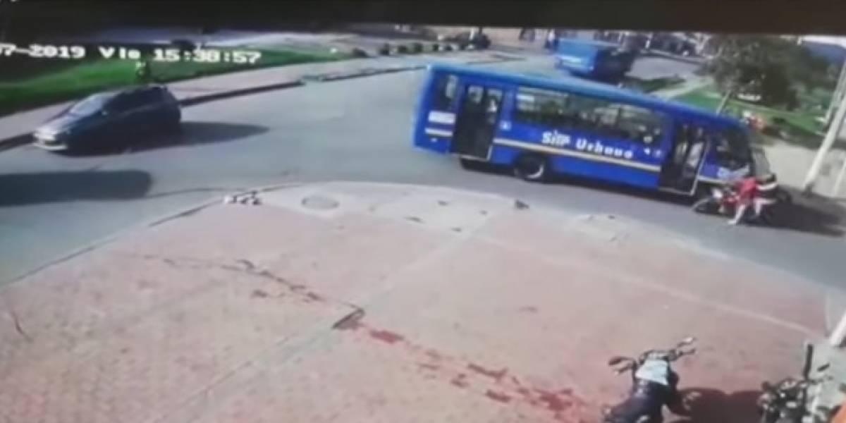 Bus del SITP arrolló a motociclista que frenó para darle el paso