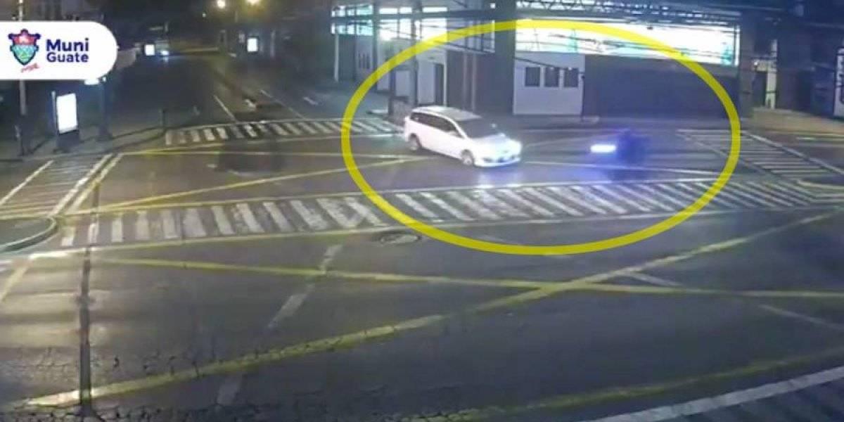VIDEO. Motociclista no respeta semáforo en rojo y provoca fuerte choque