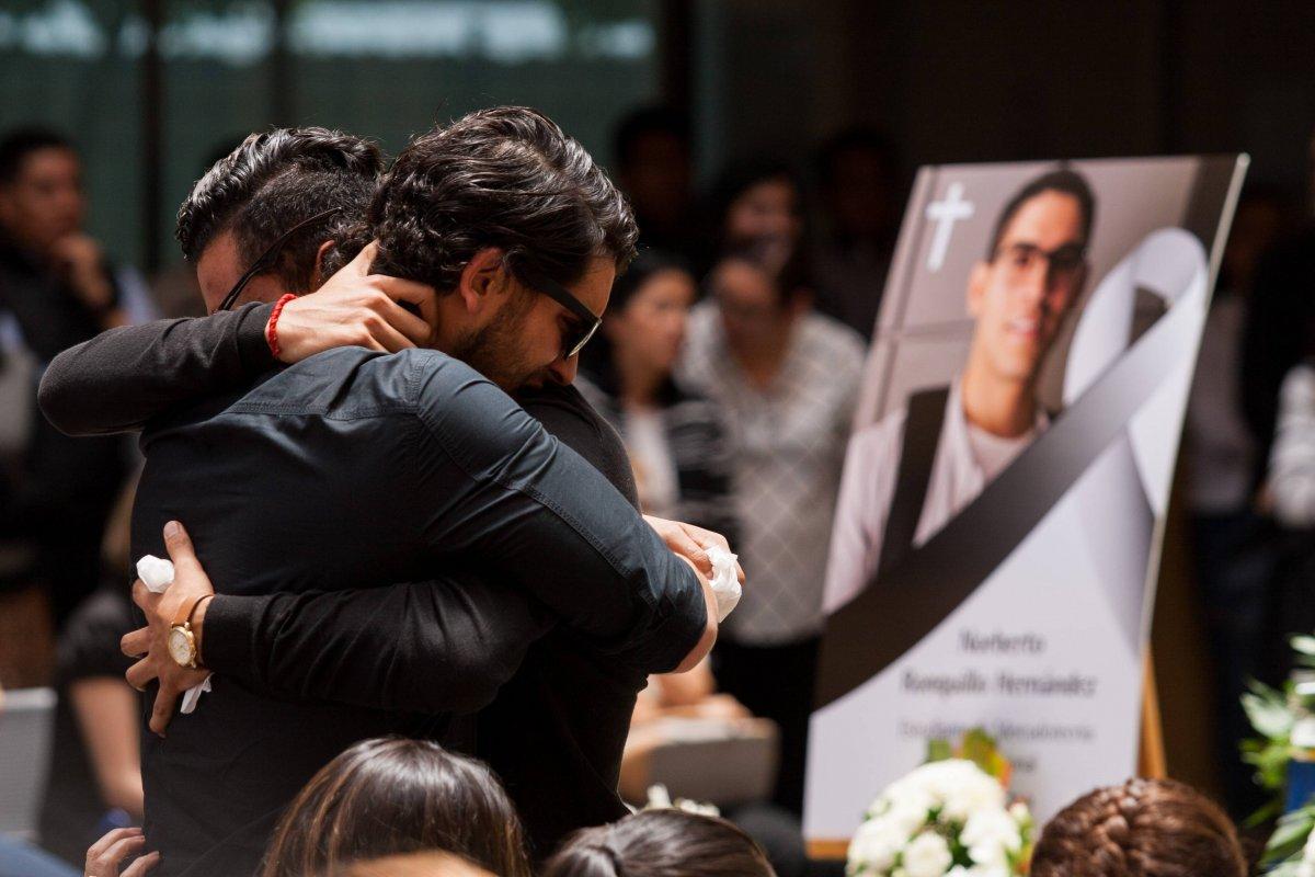 Entre abrazos y lágrimas, familiares, amigos y alumnado despidieron a Norberto Ronquillo Hernández Foto: Cuartoscuro