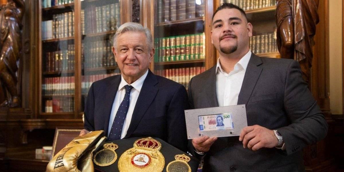 Andy Ruiz visita a AMLO en Palacio Nacional; él le obsequia un billete de 500
