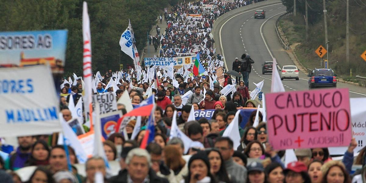 """Profesores marchan en Valparaíso: """"La educación pública se está cayendo a pedazos"""""""