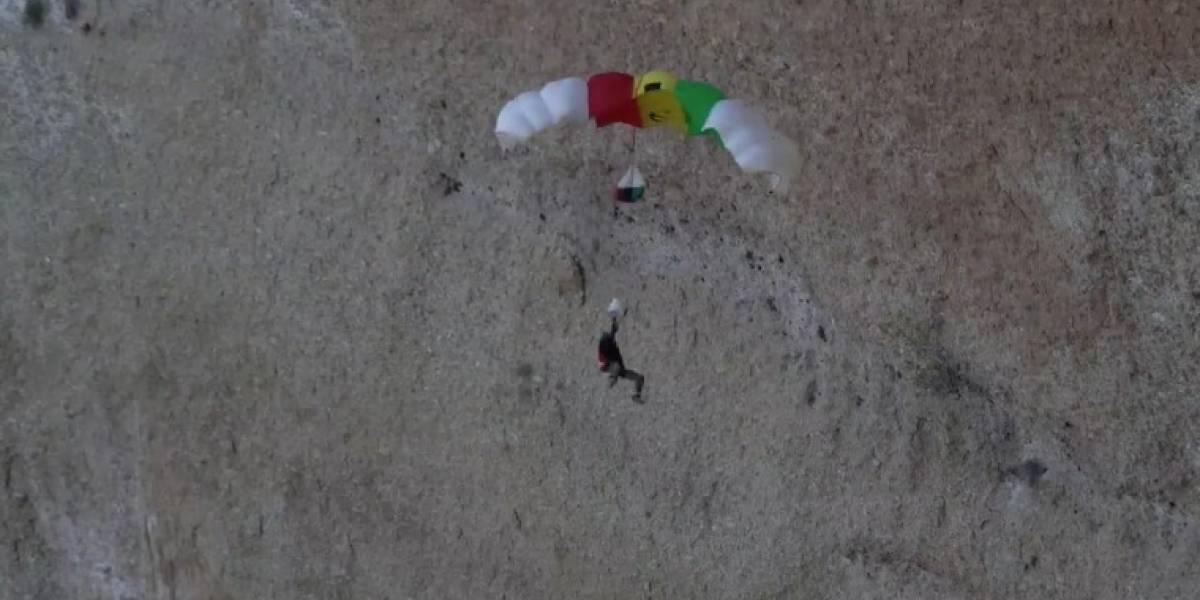 (Video) Paracaidista pierde el control en el aire y termina chocando contra un muro