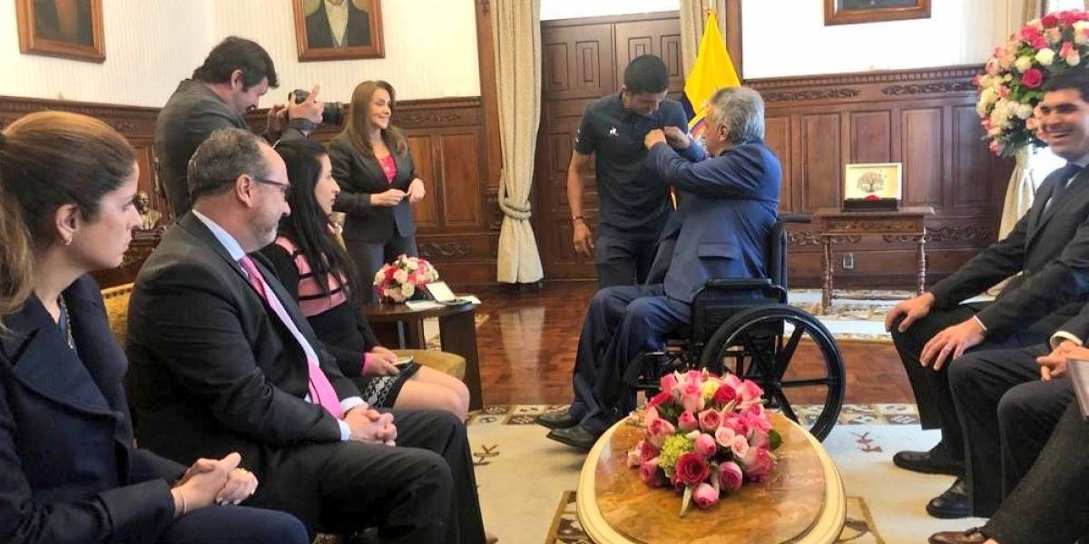 Richard Carapaz entregó la Maglia Rosa a Lenín Moreno