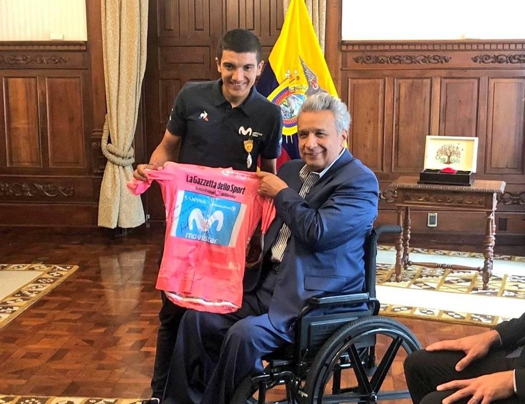 Carapaz entrega la Maglia Rosa a Lenín Moreno Twitter Ministerio del Deporte