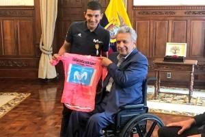 Carapaz entrega la Maglia Rosa a Lenín Moreno