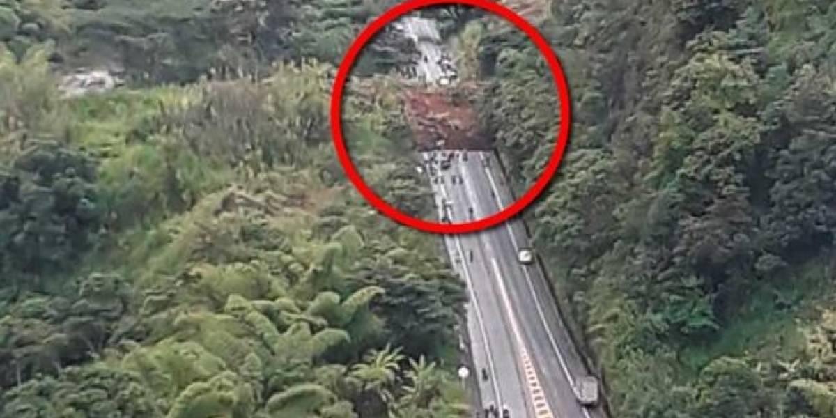 Derrumbe en carretera del país deja varios muertos y carros sepultados