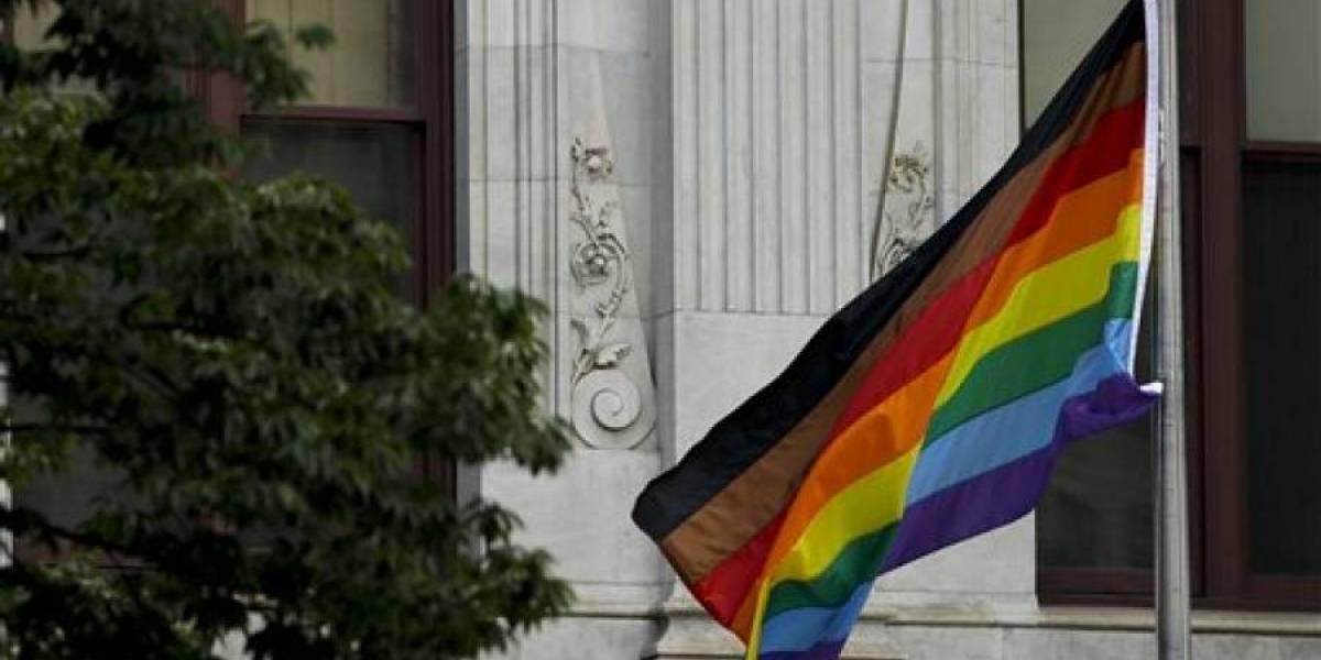 Mike Pence confirma gobierno de EE.UU. prohibió bandera gay en embajadas