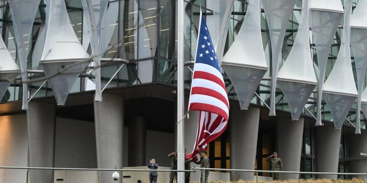 Mike Pence confirma prohibición de bandera LGBT+ en embajadas de EU