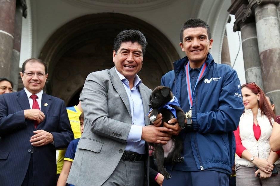 Jorge Yunda le hace la entrega de Gira a Carapaz Municipio de Quito