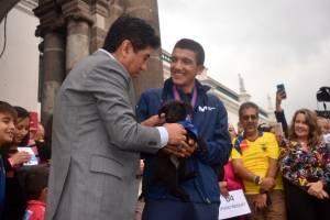 Jorge Yunda le hace la entrega de Gira a Carapaz