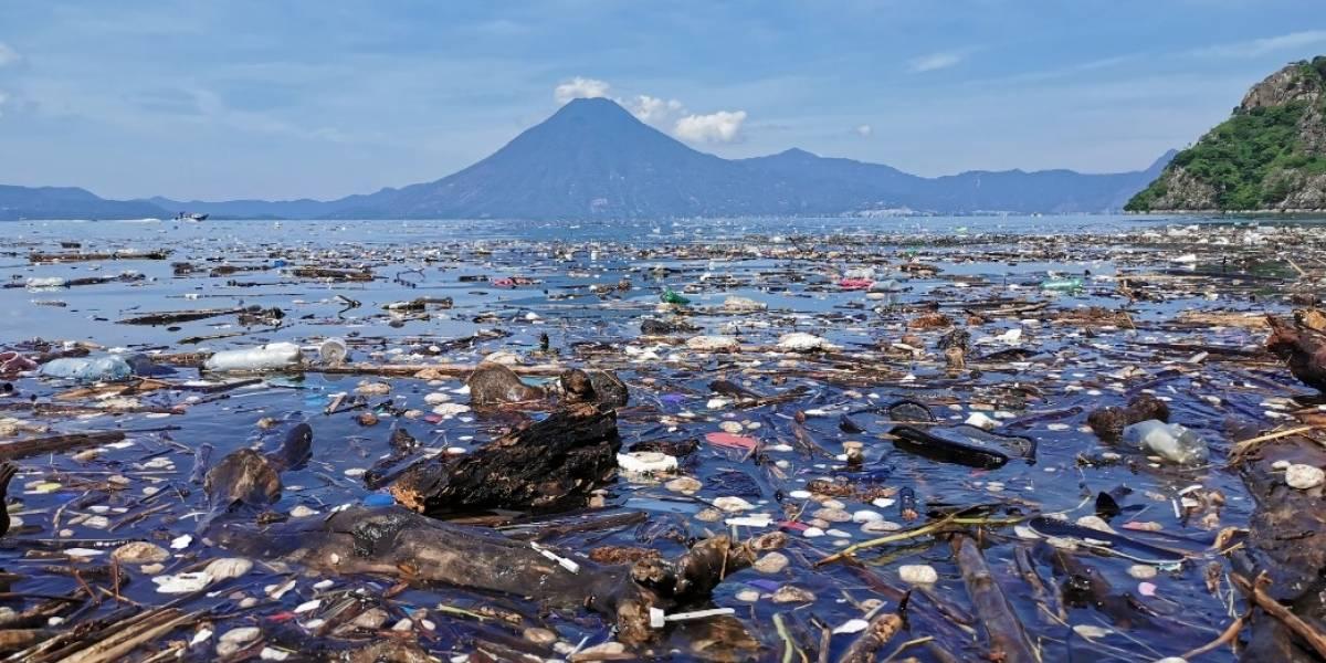¡Alerta en el lago de Atitlán! Las recientes lluvias han dejado toneladas de basura en su superficie