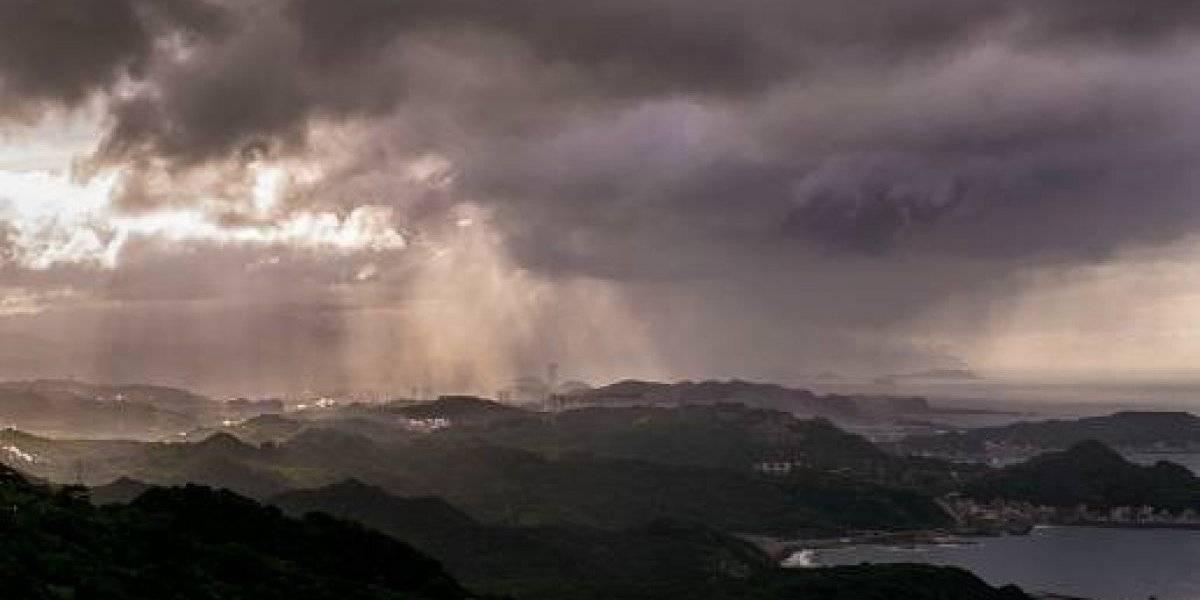 """¿Las precipitaciones más extrañas de todos los tiempos? Captan """"aterrador bombardeo"""" de lluvia que afectó solamente a una parte de una ciudad"""