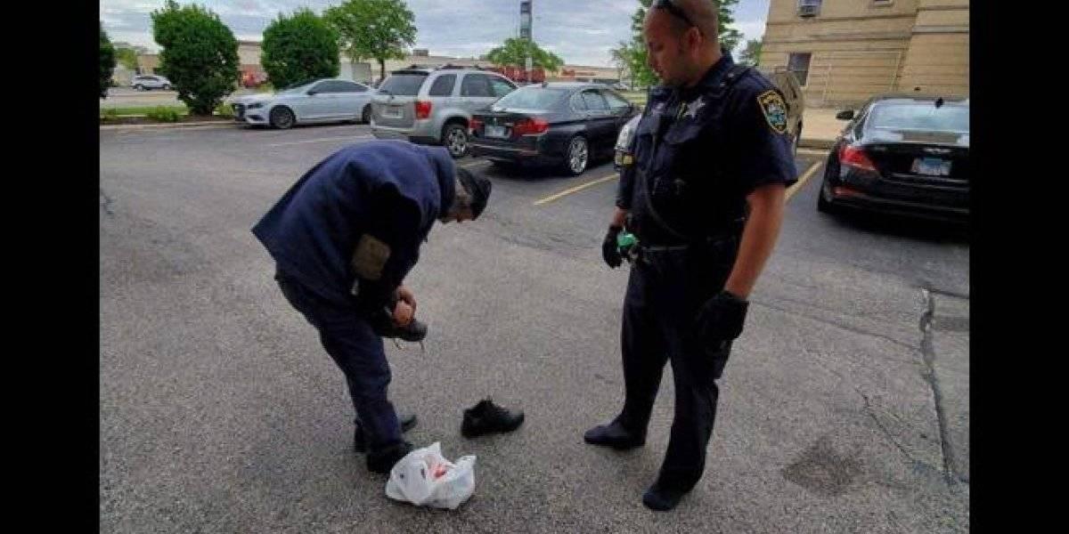Increíble gesto: En plena calle policía se quitó los zapatos y los regaló
