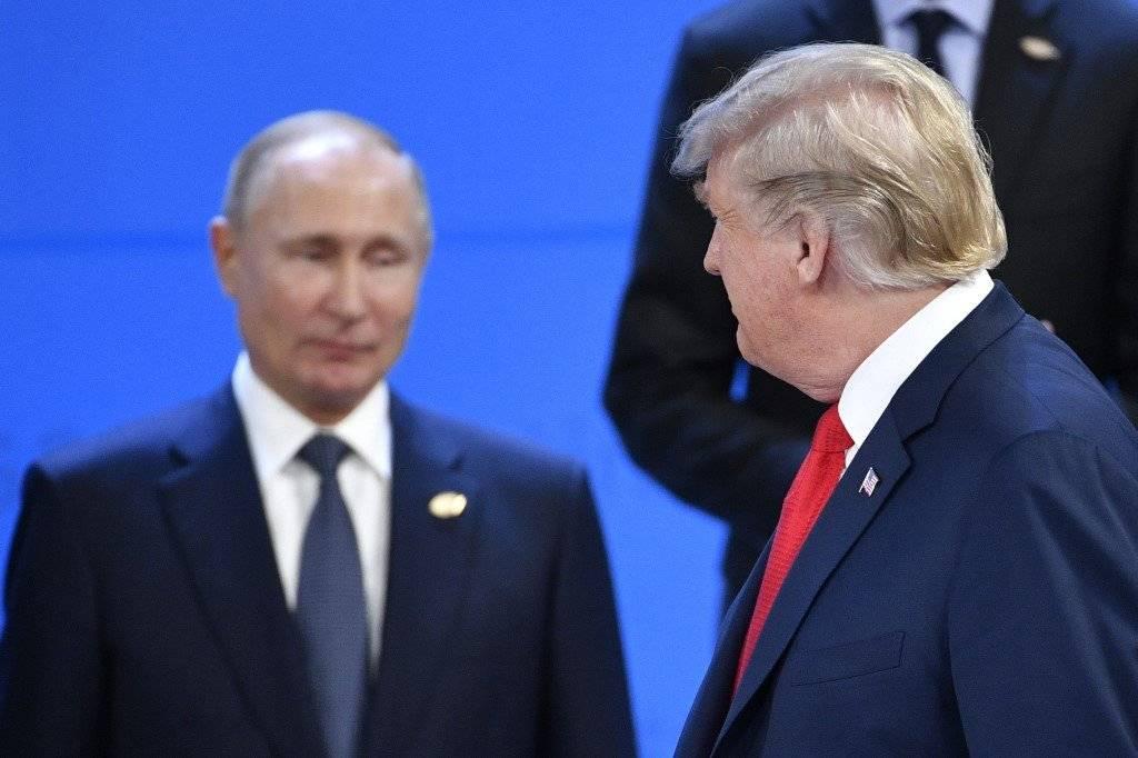 Donald Trump observa a Vladimir Putin