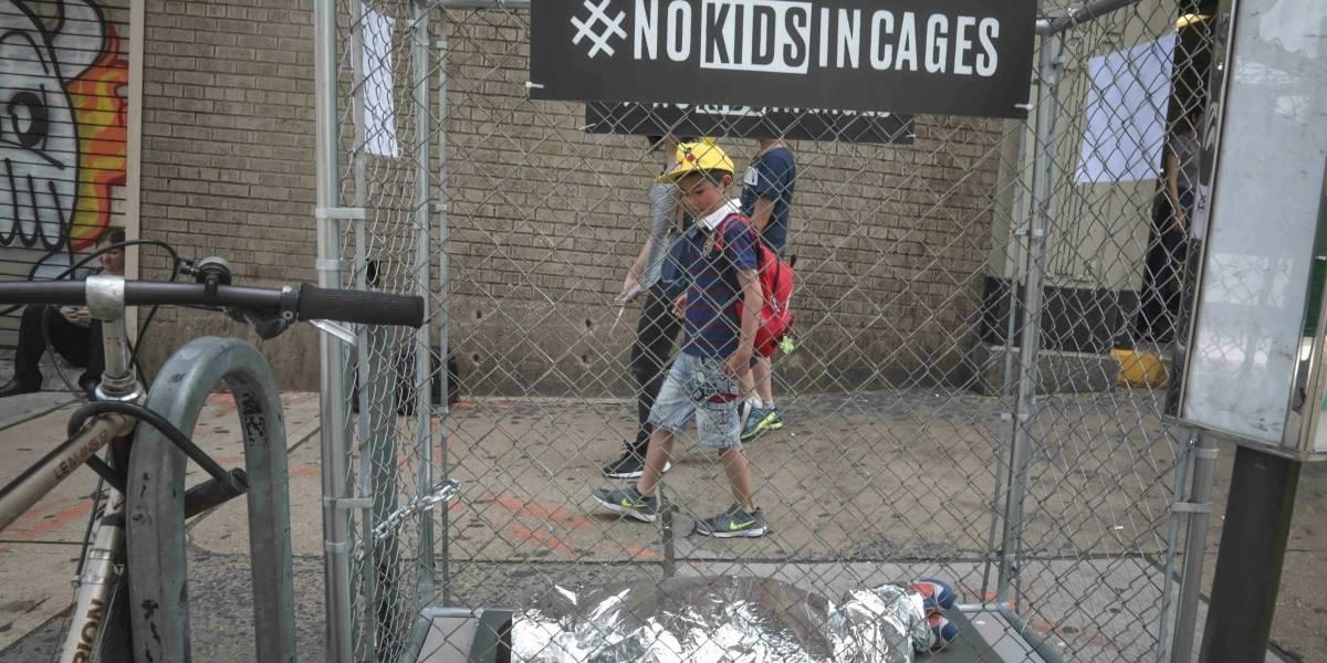 Con jaulas, protestan en NY por detención de niños migrantes