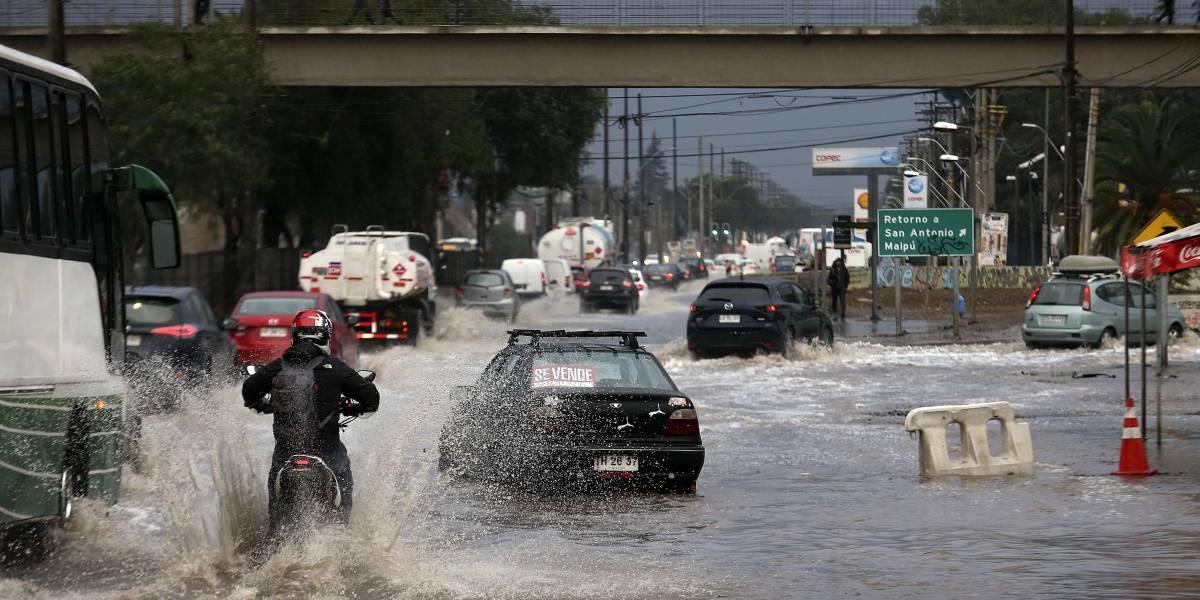 Eléctricas activan planes preventivos por pronóstico de lluvias para este lunes en la Región Metropolitana