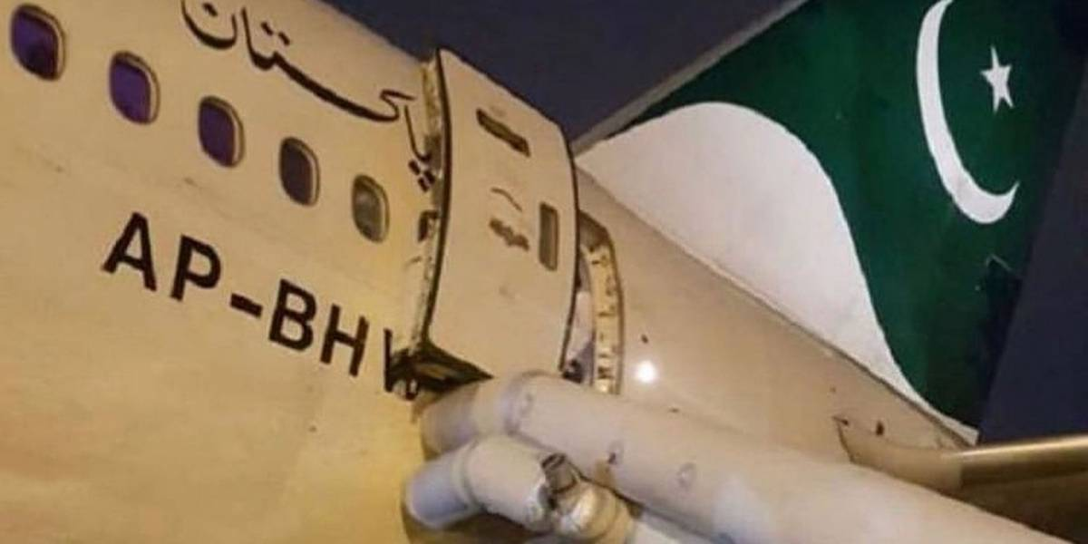 El pasajero de un avión abrió la salida de emergencia al pensar que era la puerta del baño