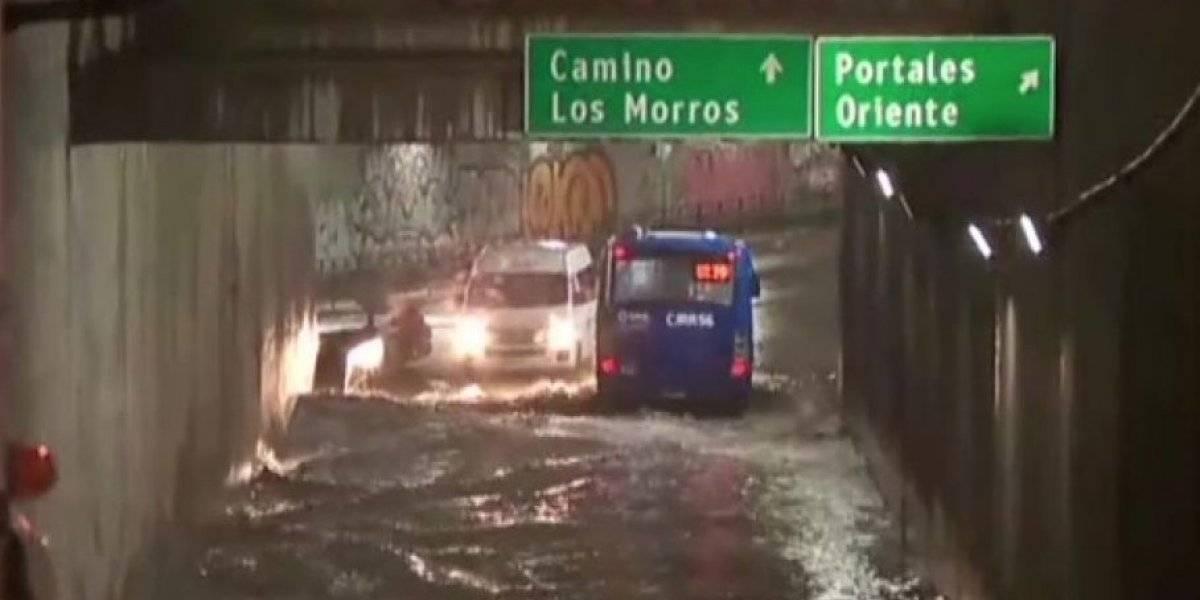 Pasos bajo nivel anegados, calles intransitables y semáforos apagados: las postales tras las intensas precipitaciones en la Región Metropolitana
