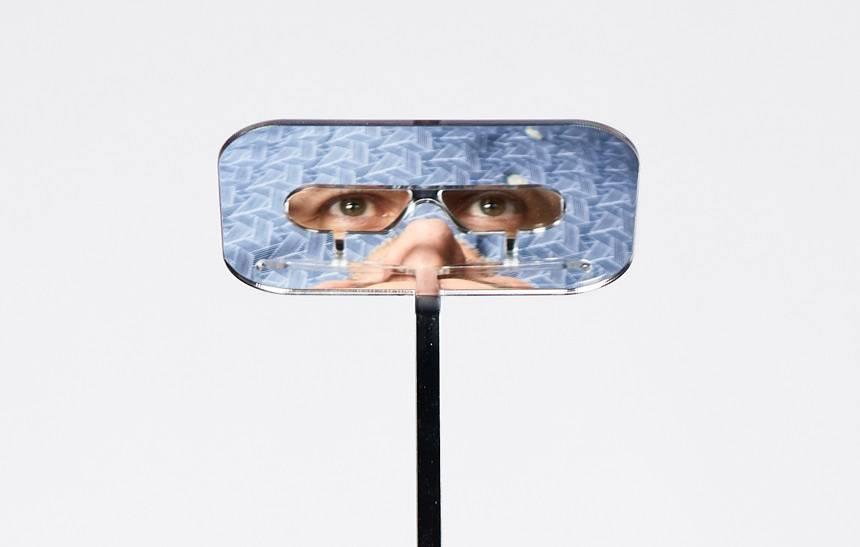 Hombre diseña unas gafas especiales para que la gente de baja estatura pueda ver por encima de los más altos